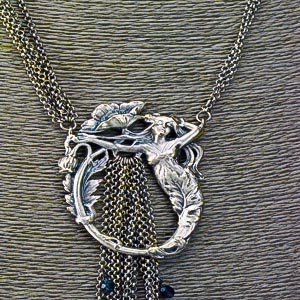 medaillon necklace detail